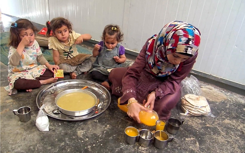 Syrian Refugges Girls use Photography to Document life in The Zaatari Campimage