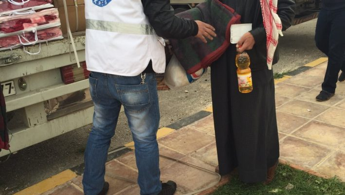 The Kuwait Red Crescent Society distributes aid to 400 Syrian refugees in Jordanimage