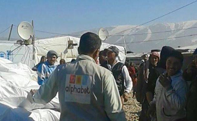 Lebanese help Syrian refugees facing freezing temperaturesimage