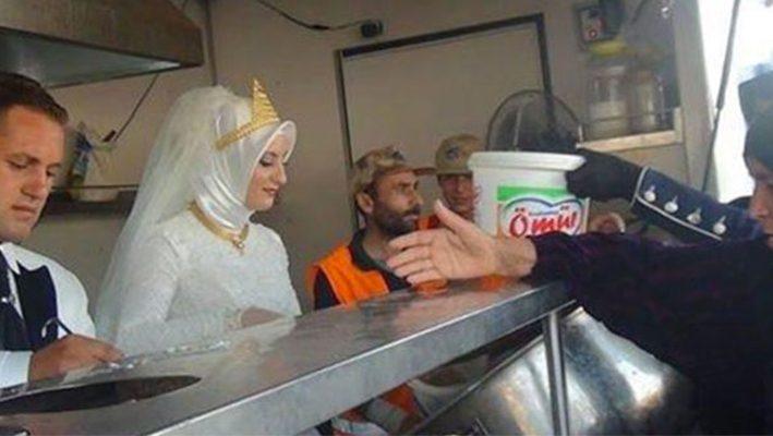 Turkish couple feed 4000 refugees on wedding dayimage